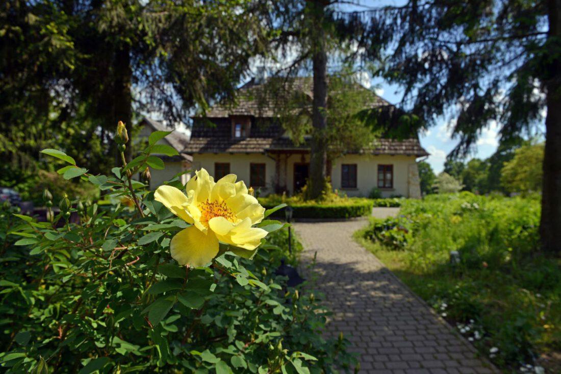 Hotel-Kazimierz-Dolny-Folwark-Walencja-Piękny-Budynek-Róże